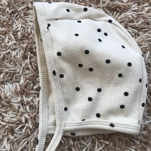 Ribbed bonnet with black dots